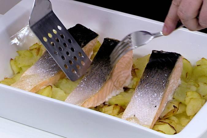 Retirar los lomos salmón al horno con patatas y presentar el plato