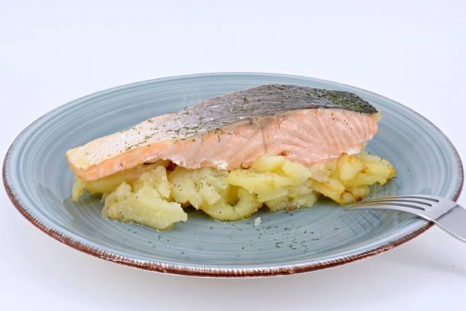 Ya hemos terminado el salmón al horno con patatas y cebolla