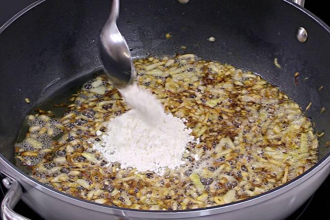 Tostar la cebolla y ligar la harina