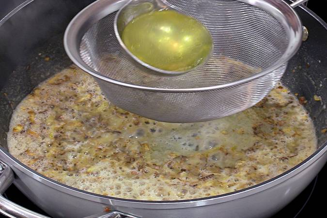 Añadir caldo a la salsa