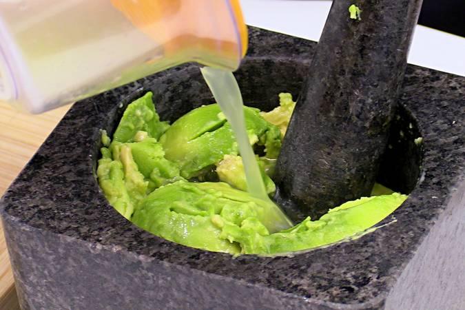 Exprimir la lima y añadir el zumo al aguacate