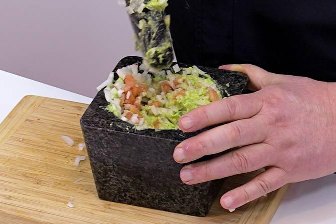 Añadimos la cebolla picadita al guacamole casero