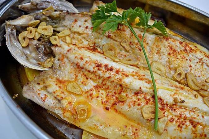 Llega el plato de pescado