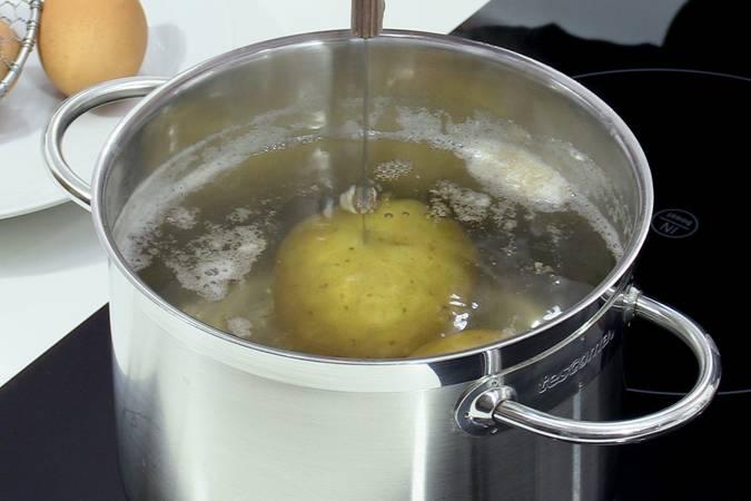 Cocer las patatas y los huevos