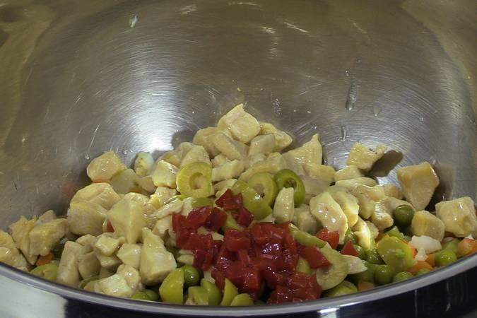Turno del pollo, las aceitunas y los pimientos