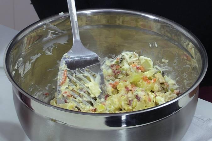 Aliñar la ensaladilla, poner la mayonesa y mezclarlo todo