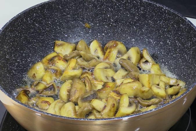 Rematar los champiñones y juntarlos con el pollo asado