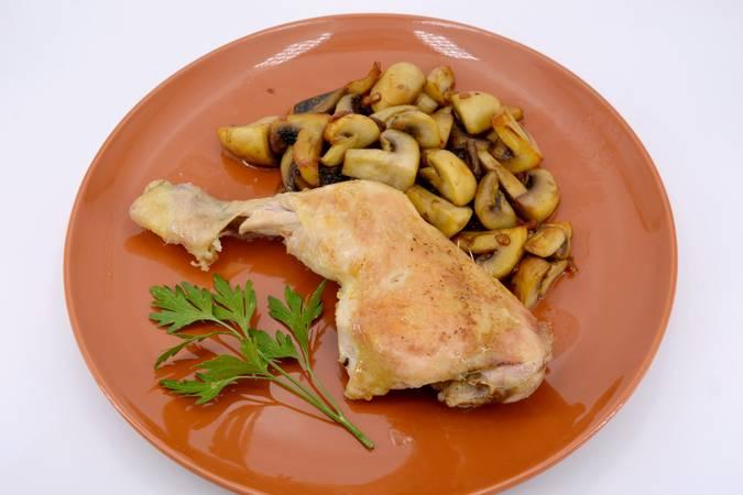 Ya hemos terminado el pollo con champiñones asado al horno