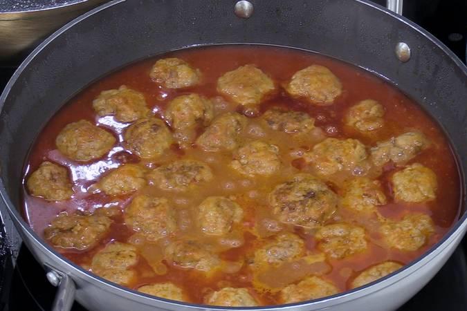 Colocar las albóndigas en la cazuela con la salsa