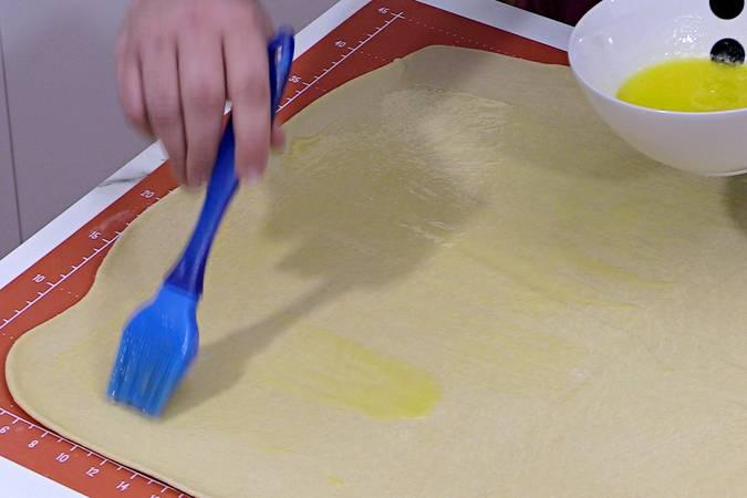 Untar la masa con mantequilla