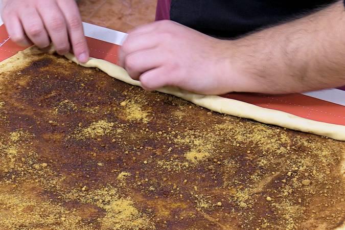 Enrollar la masa de los rollos de canela