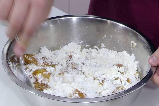 Pasar el pollo por harina y maicena