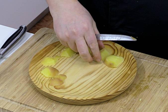 Montar el plato de pulpo a la gallega