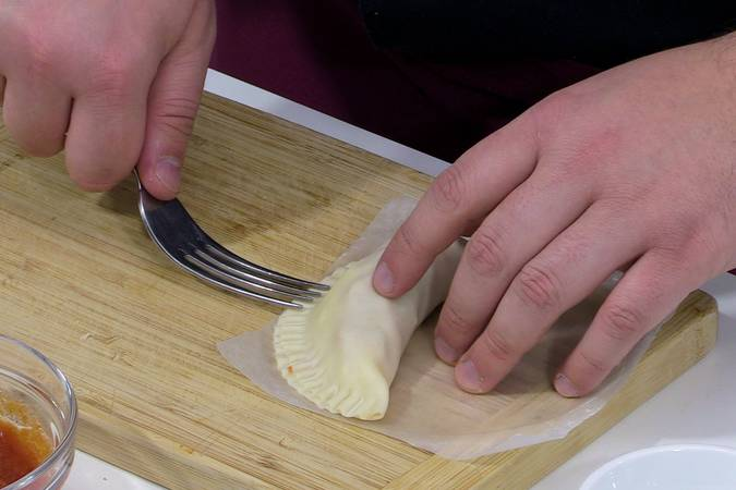 Plegar y sellar la empanada