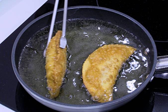 Freír las empanadas de pizza