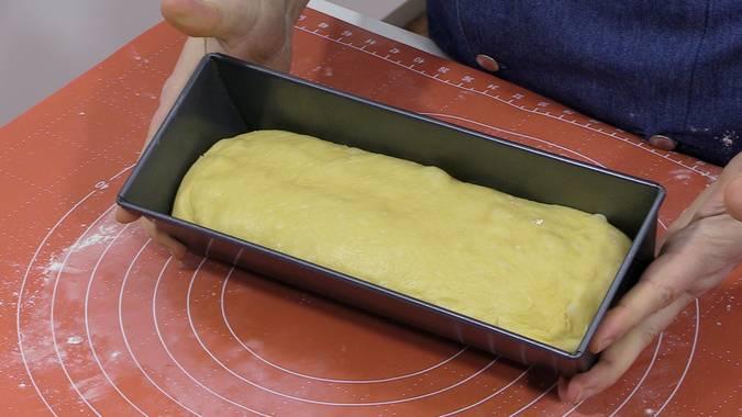 Engrasar el molde y segundo levado
