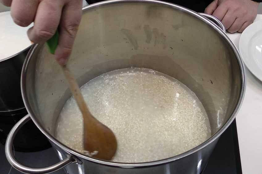 Cocemos levemente el arroz en agua