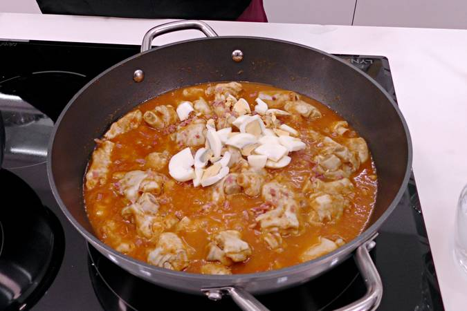 Poner las manitas de cordero en la salsa de tomate