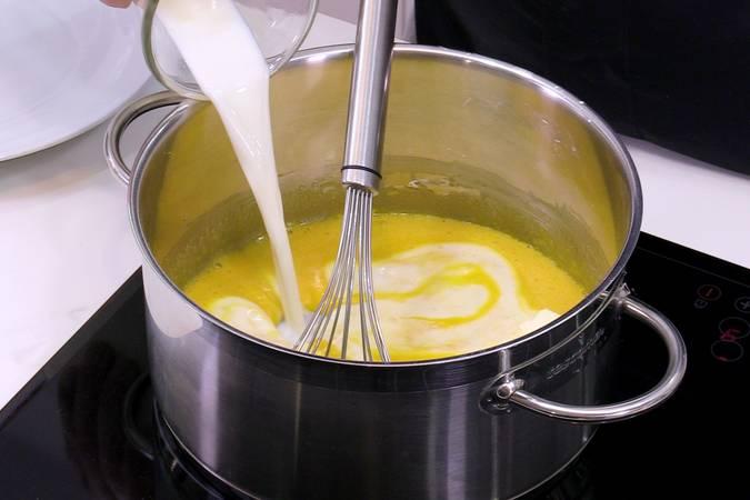 Añadir y mezclar la leche