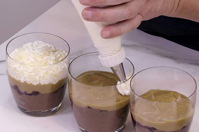 Poner la crema de café y la nata