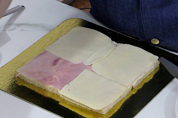 Colocar la primera capa de jamón y queso