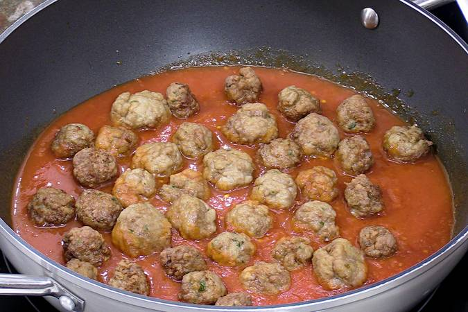 Poner las albóndigas en salsa