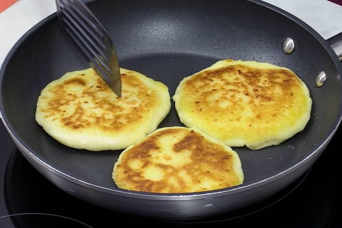Dorar las arepas de queso por ambos lados