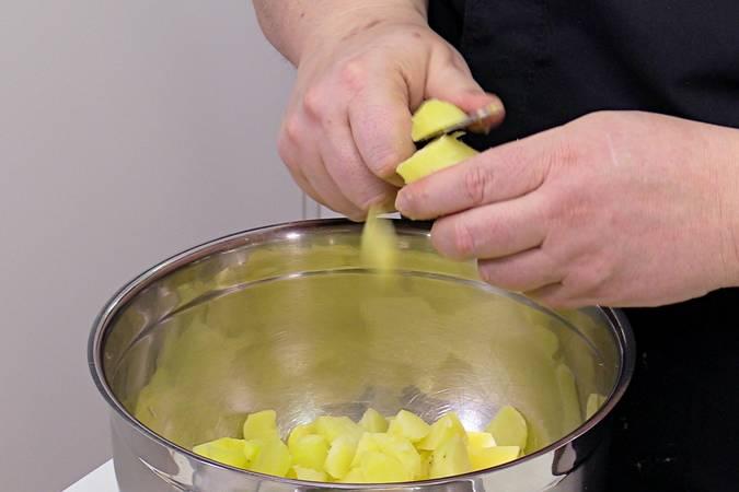 Pelar y trocear las patatas y los huevos