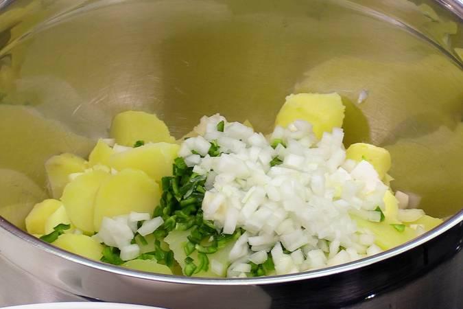 Picar la cebolleta y el pimiento