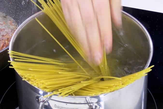 Poner la pasta a cocer