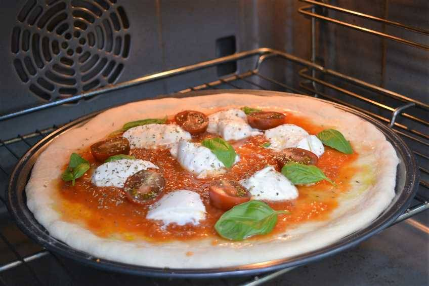 Paso 4 de Pizza margarita con masa para pizza casera