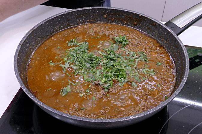 Rematar la salsa boloñesa con la albahaca