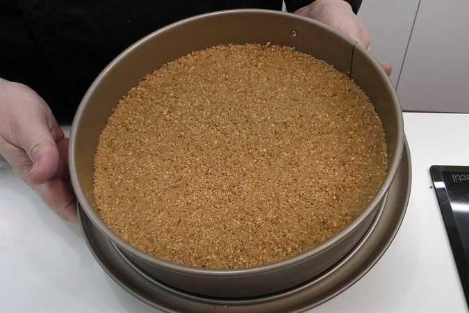 Pulverizar las galletas y montar la base