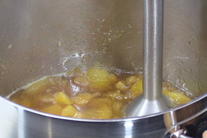 Triturar los trozos de pera