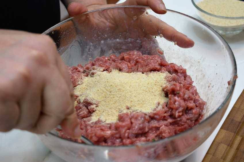 Mezclar y amasar la carne picada