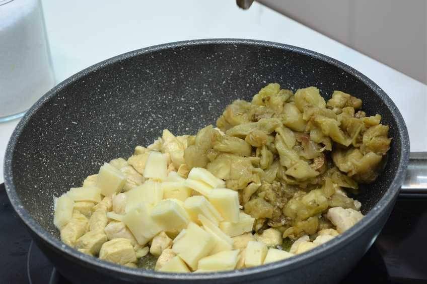 Paso 4 de Berenjenas rellenas de pollo al horno, receta de comida sana y saludable