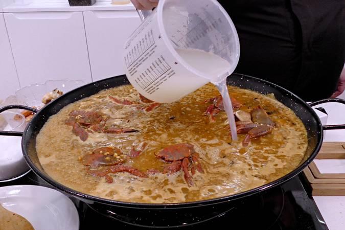 Como Cocinar Una Paella   Como Hacer Una Paella De Marisco