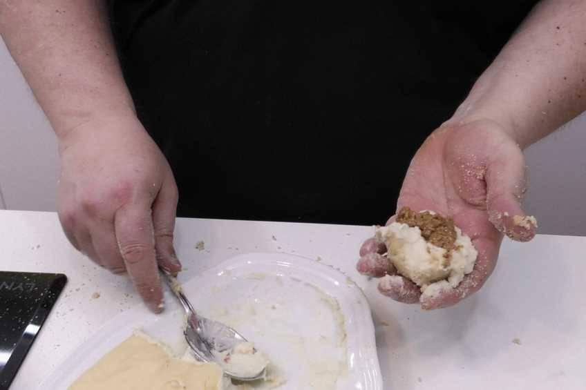 Paso 3 de Como hacer croquetas rellenas de carne picante