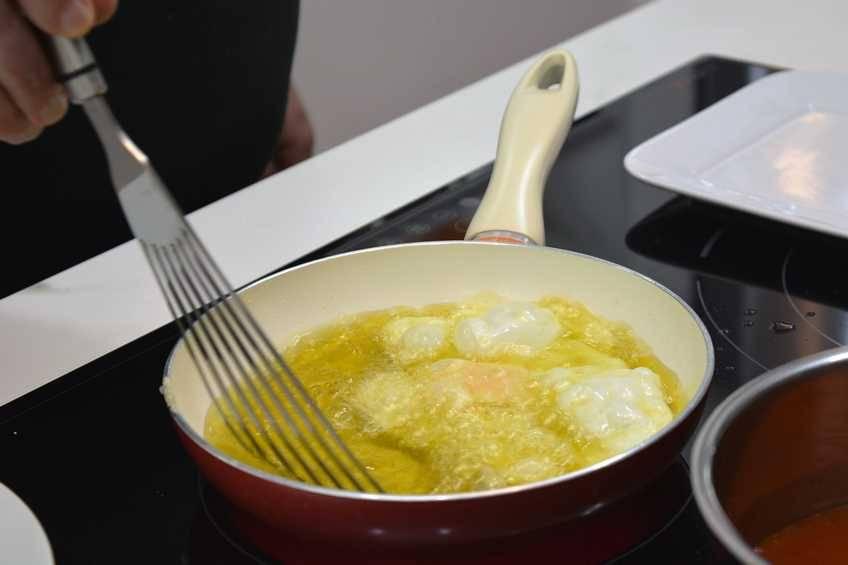 Paso 4 de Receta de morcilla asada con tomate y huevo frito