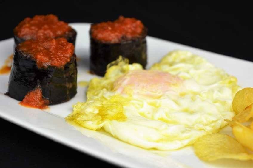 Paso 5 de Receta de morcilla asada con tomate y huevo frito