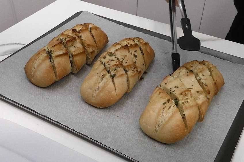 Paso 5 de Cómo hacer pan de ajo con un bollo