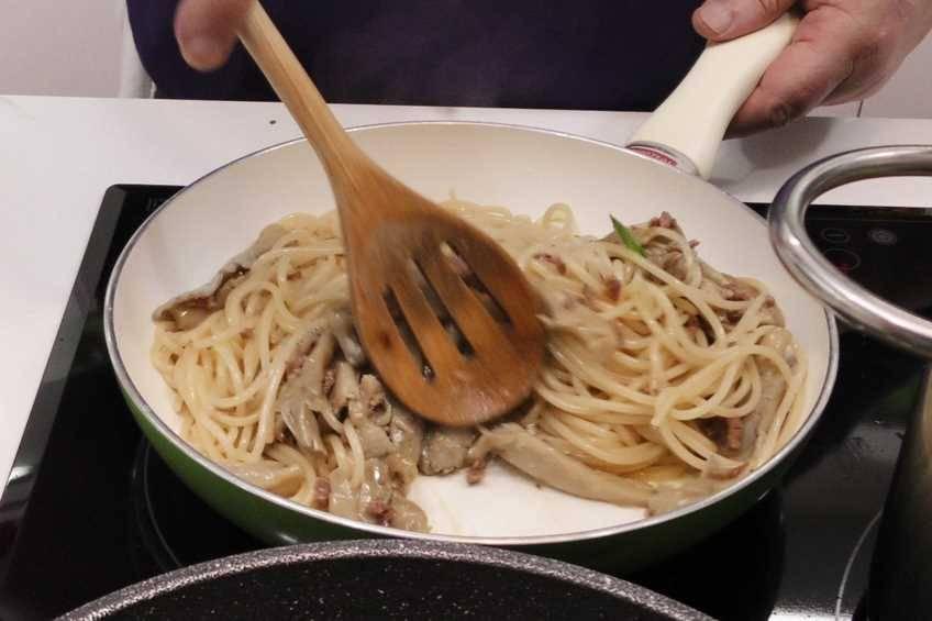 Paso 4 de Espaguetis con salsa de hongos y jamón