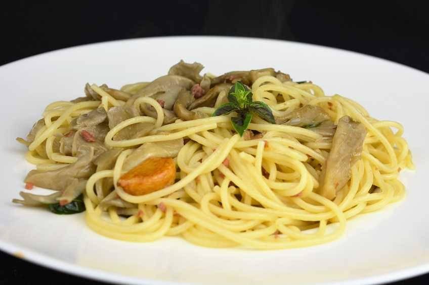 Paso 5 de Espaguetis con salsa de hongos y jamón