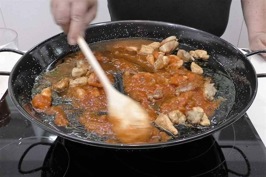 Paso 2 de Paella de arroz con pollo al ajillo