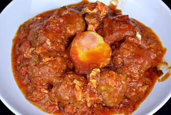 Albóndigas con salsa de tomate y huevos escalfados