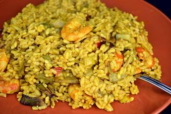 Arroz al curry con langostinos y verduras