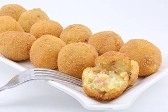 Bolas de patata con beicon y queso parmesano