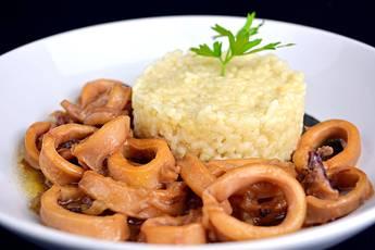 Calamares con salsa de cebolla y arroz blanco