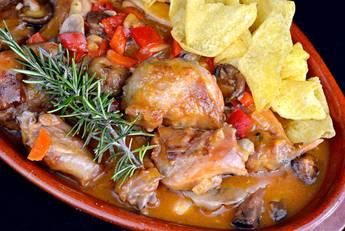 Conejo en salsa de verduras con aroma de romero