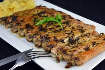 Costilla de cerdo asada con salsa chimichurri